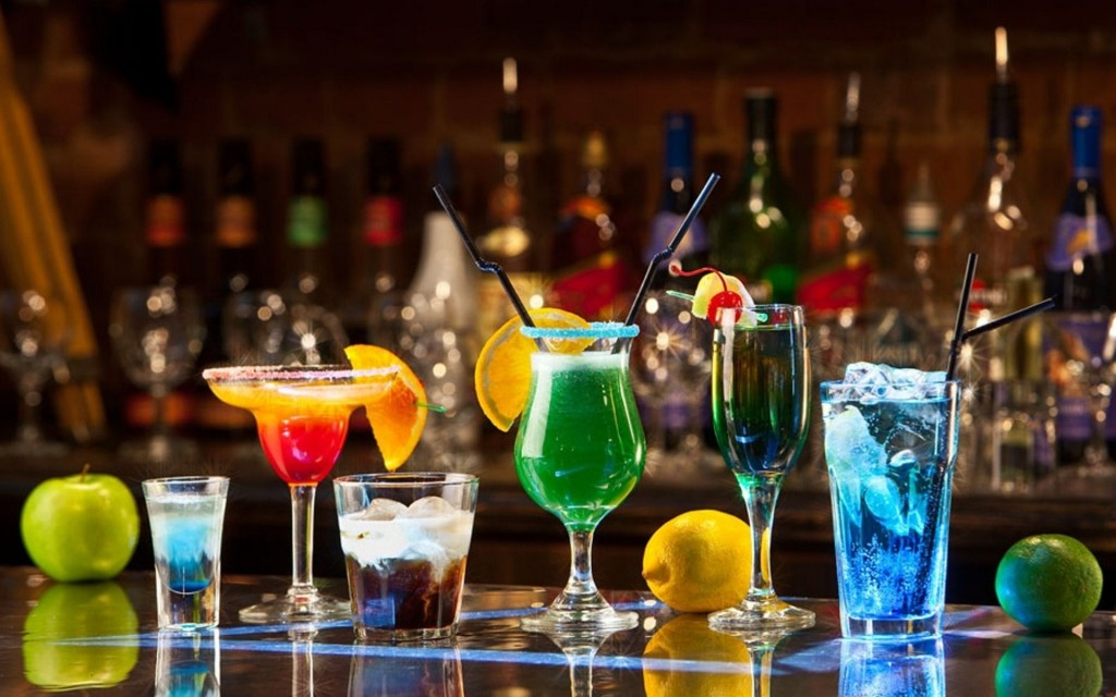 drink-colored-bar-cocktail-glasses_215969